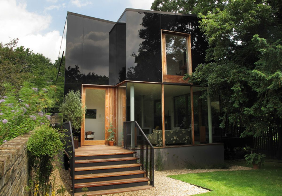 237_This-Black-Glass-House-Serves-As-A-Mirror-to-Its-Surroundings_0-f