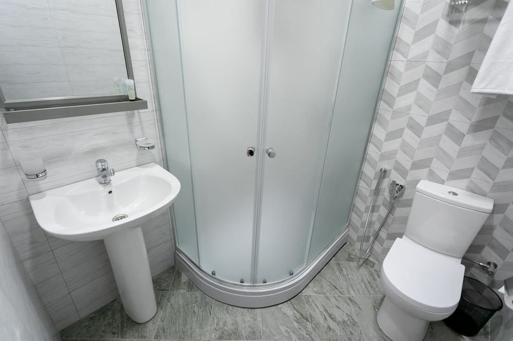 shower doors ideas for small space