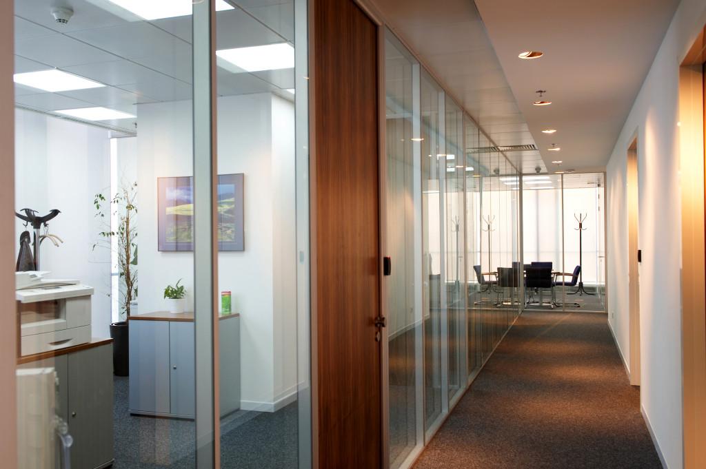 Walls and separators of glass sheets